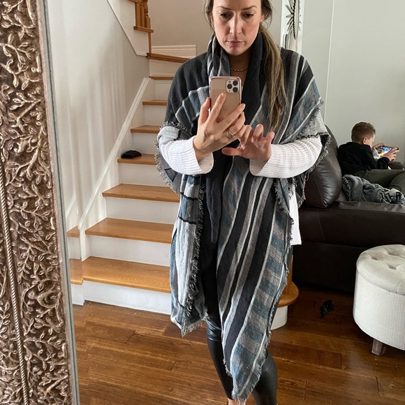 Wilfred Accessories - Reversible Aritzia Wilfred blanket scarf